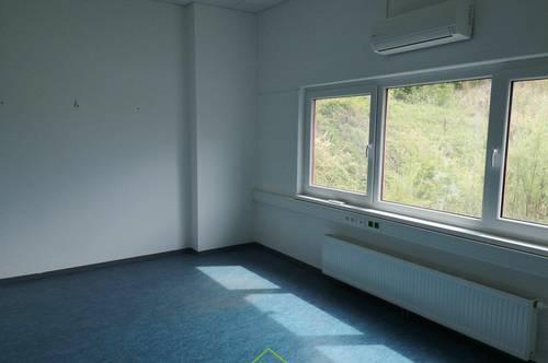 freie Büroflächen in Betriebshalle