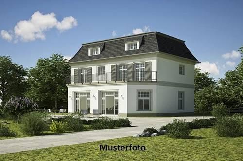2-Familienhaus mit Nebengebäuden
