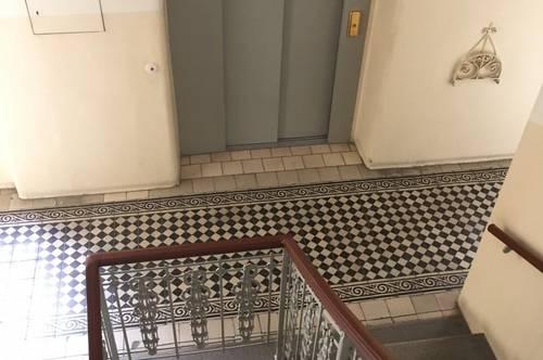 Letzte Stockwohnung mit Ausgangsmöglichkeit auf die kleine Dachterrasse, Erstbezug nach Renovierung im gepflegten Altbau, beste technische Ausstattung, beste Infrastruktur, direkte Verbindung in die Innere Stadt