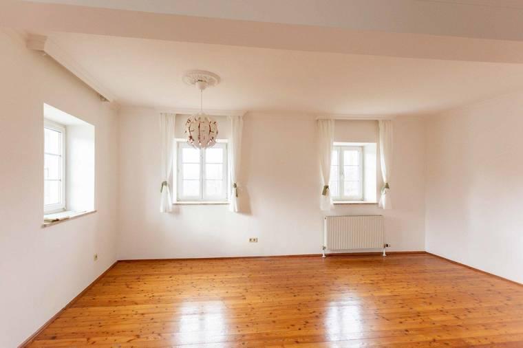 Wohnzimmer mit allen Fenstern