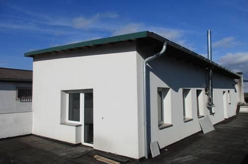 Büro- und Wohngebäude mit Werkstatt, Lager und Parkplatz