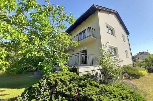 Geräumiges Zweifamilienhaus in Grünruhelage in Straßhof