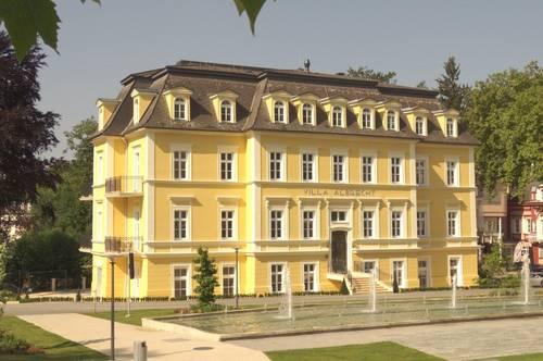 Bestlage am Kurpark! Elegante 2-Zimmer-Altbau-Wohnung mit zwei Balkonen in historischer Villa