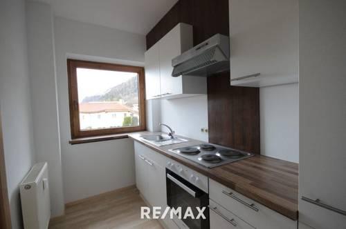 Helle, renovierte 2-Zimmer-Wohnung mit Balkon und 2 Autoabstellplätzen