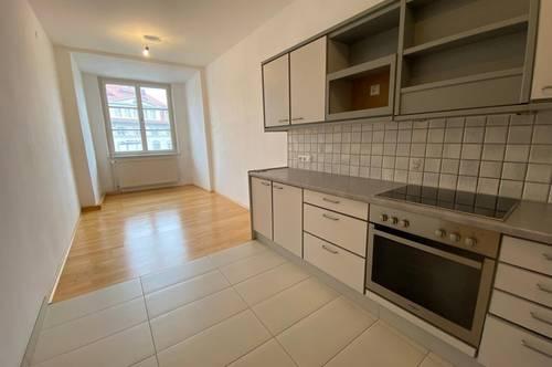 Zentral gelegen Wohnung mit 2 Zimmer plus Wohnküche!