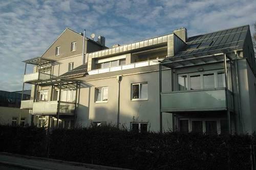 Sonnige, großzügige 3-Zimmer-Wohnung mit überdachtem Balkon und möblierter Küche in zentraler Lage in Ried