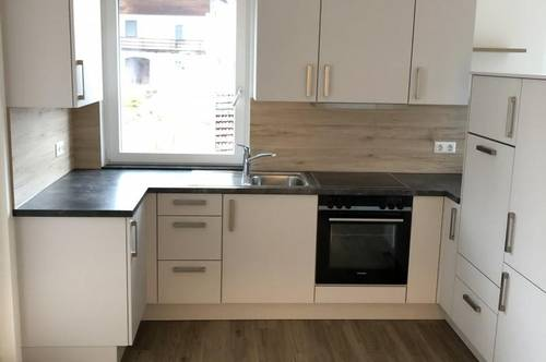 GELEGENHEIT! Neuwertige 3-Zimmer-Wohnung mit möblierter Küche und Loggia in Maria Schmolln