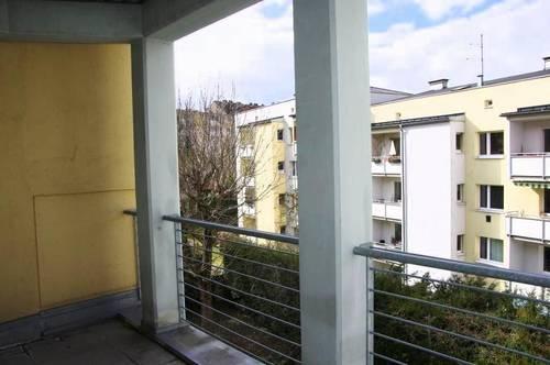 Helle 2 ZI Wohnung mit großzügigem Balkon und Tiefgaragenparkplatz!