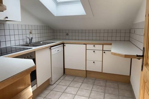 Einladende 2 Zimmer Dachgeschosswohnung mit Küche, Bad/ WC, Keller, 2 AAP und allgemeinem Garten