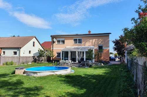 Einfamilienhaus mit Pool und beheiztem Wintergarten