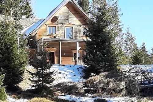 Beeindruckendes Wohnhaus in sehr ruhiger Lage auf 1,600 m. Seehöhe