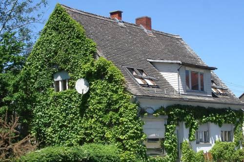 Geschäfts- und Wohnhaus als Ein- bzw. Zweifamilienhaus oder Gewerbeobjekt nutzbar, in der Thermenregion, in der Nähe von A 8280 Fürstenfeld, gelegen.