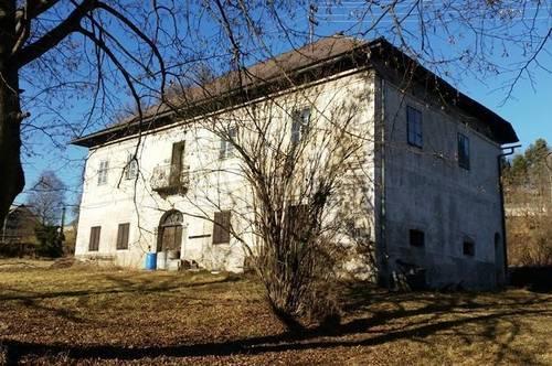 Denkmalgeschütztes Herrenhaus mit Wirtschaftsgebäude in der Gemeinde Arnoldstein