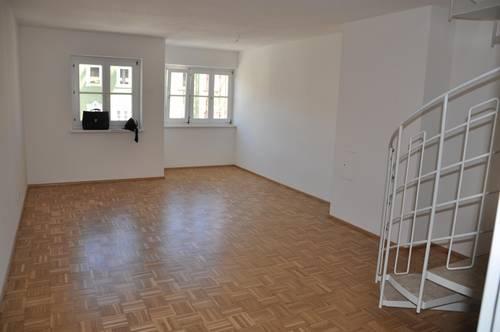 Schöne große Dachgeschossmaisonettenwohnung mit Balkon zu vermieten, perfekt auch als 2er-WG geeignet