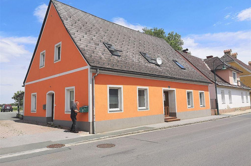 Schönes Wohnhaus mit sehr guter Rendite oder auch als 1-2 Familienhaus geeignet - Straß