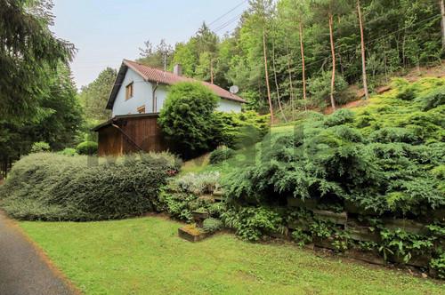 Waldidyll in guter Anbindung: Modernisiertes Ein- bis Zweifamilienhaus mit Garten