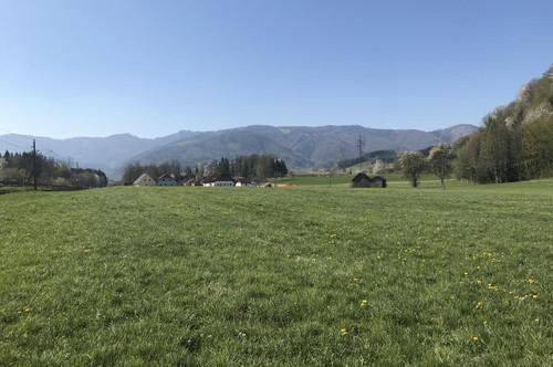 Grundstück neben Wohnsiedlung
