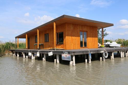 Neuwertige Flachdach-Seehütte am offenen See