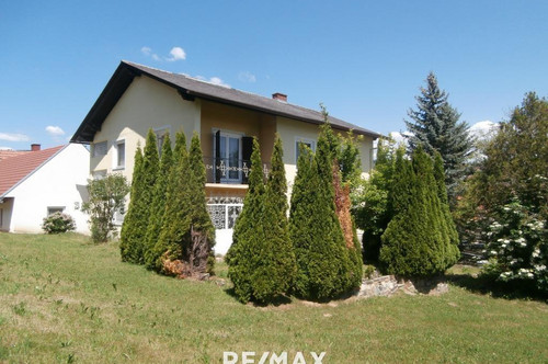 Wohnhaus mit Nebengebäude in Ortslage