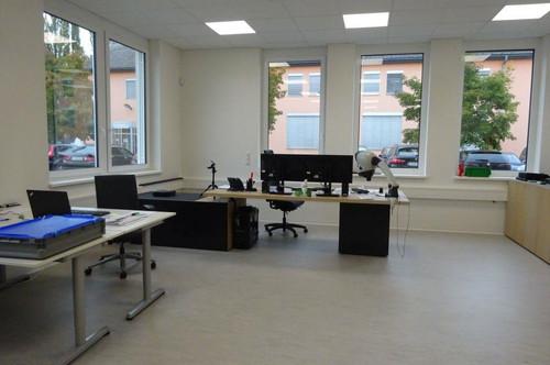 Moderner Büroraum in einem neu errichteten Bürohaus mit KFZ-Abstellplatz
