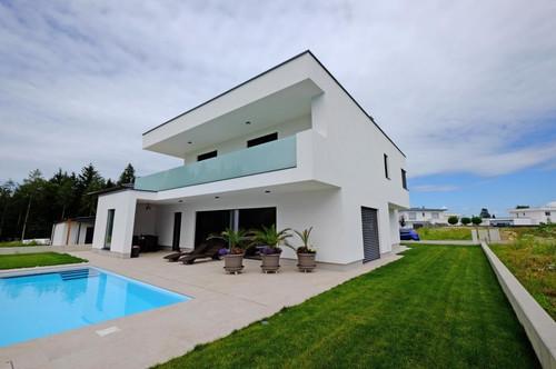 Hochmodernes Neubauhaus  mit Pool und idyllischer  Waldrandlage  Sonnenpark Puchberg Nächste Besichtigung Di 7.7. 18.00 bis 20.00