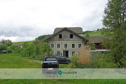 Landwirtschaftliches Gebäude mit Mühle in idyllischer Lage