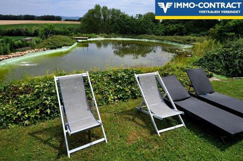 Traumhaus und großer Schwimmteich im Grünen, mit grandiosem Ausblick