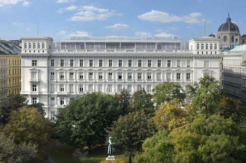 Altbau mit Balkonen in beeindruckendem Palais