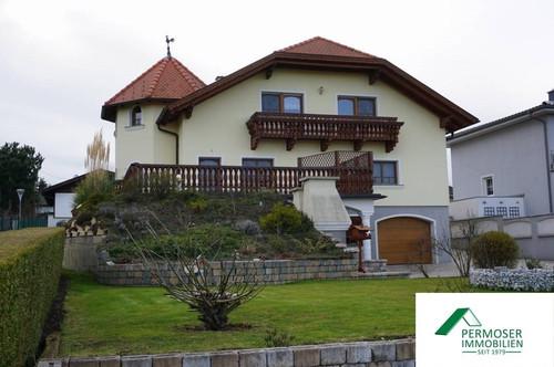 sehr gepflegtes, großes Wohnhaus mit Vollkeller, Pool, Garage , etc;
