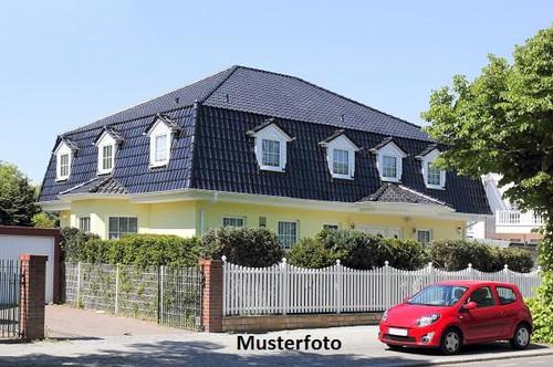 2-Familienhaus mit Garagen