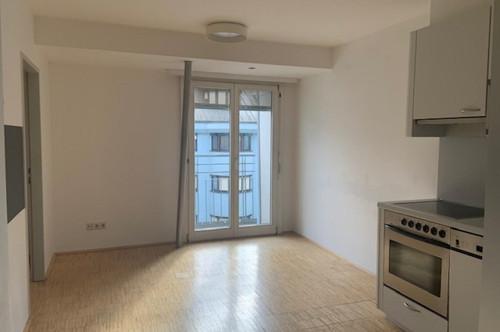Neu renovierte sehr helle und freundliche Singlewohnung Küche, 1 Zimmer, 2 franz. Balkone, Bad/WC, Keller, 1 AAP in der Leopoldstr. in Innsbruck